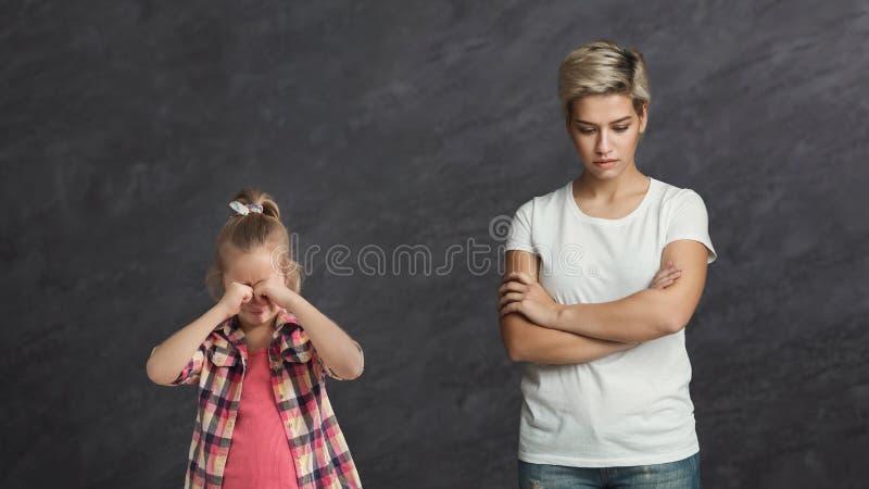 Унылая мама и плача девушка ребенка стоковые фотографии rf