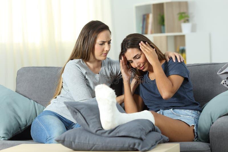 Унылая неработающая женщина и друг утешая ее стоковое изображение