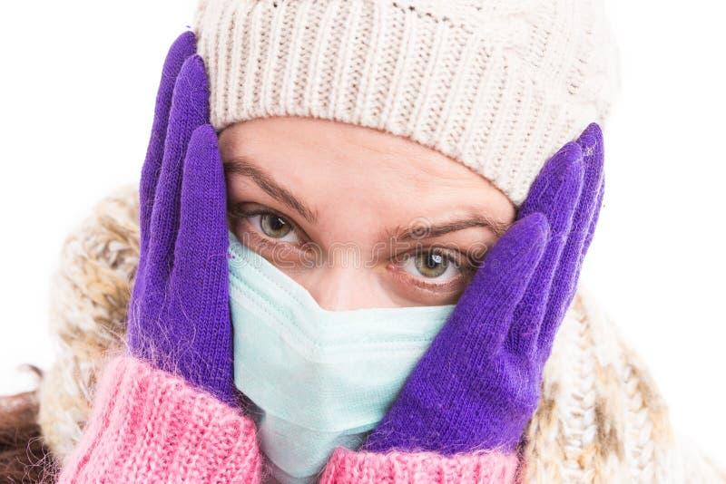 Унылая сторона холодной женщины нося медицинскую стерильную маску стоковые фото