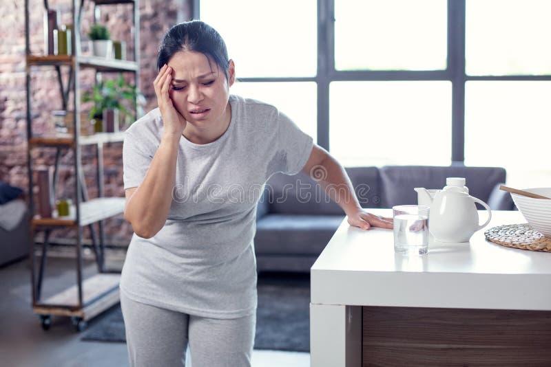 Унылая тускловатая женщина получая лихорадку стоковая фотография rf