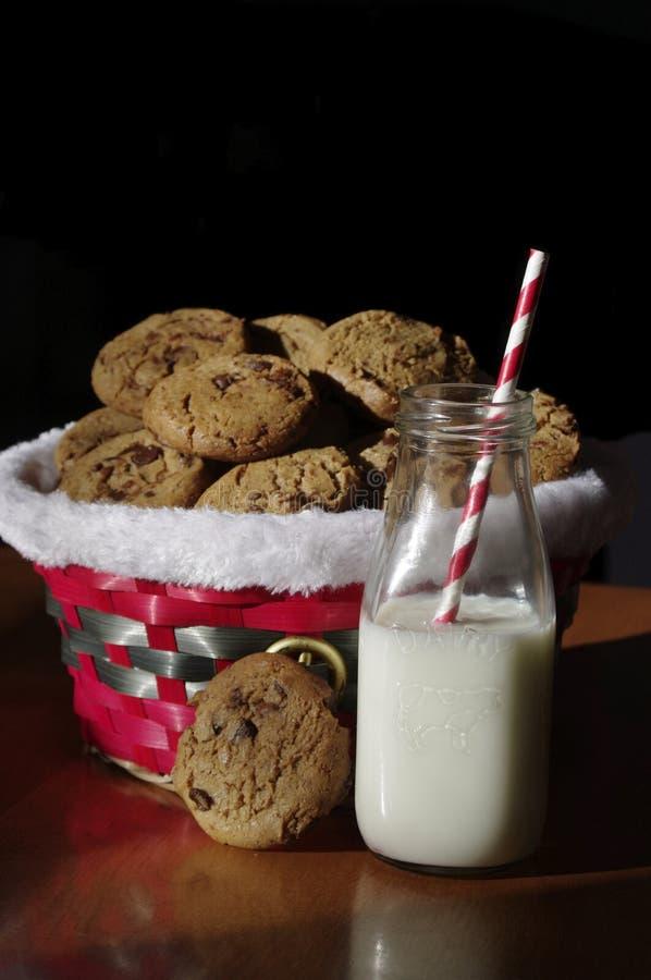 Унылые печенья и молоко стоковые изображения