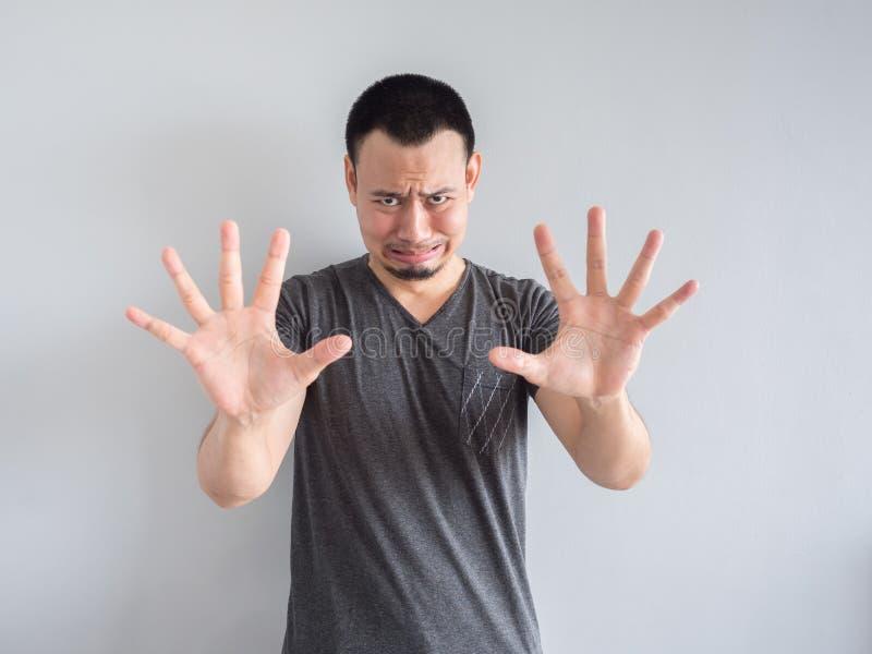Унылый и вспугнутый азиатский человек в черной футболке стоковые изображения rf
