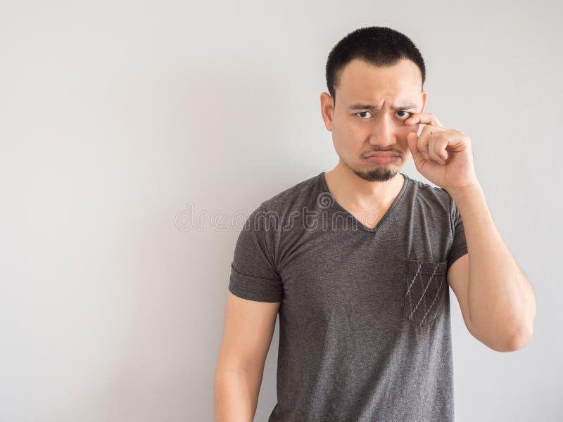 Унылый и вспугнутый азиатский человек в черной футболке стоковые фотографии rf