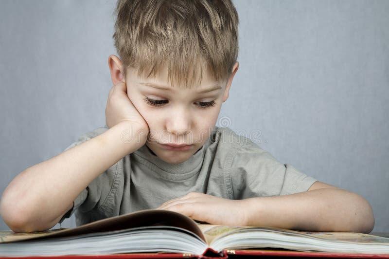 Унылый маленький читатель стоковое изображение