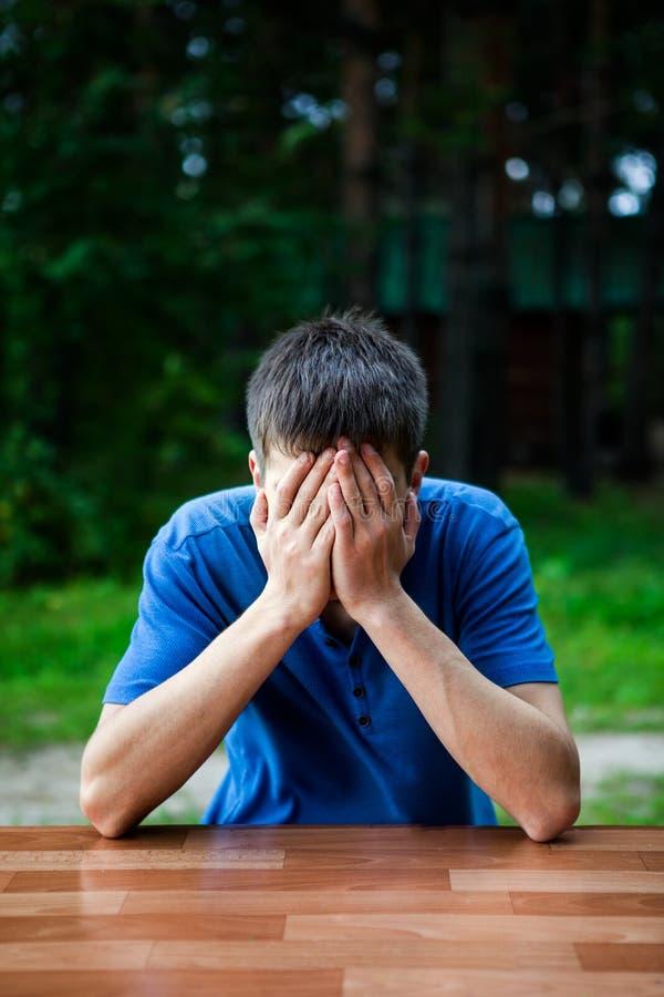 Унылый молодой человек внешний стоковое фото