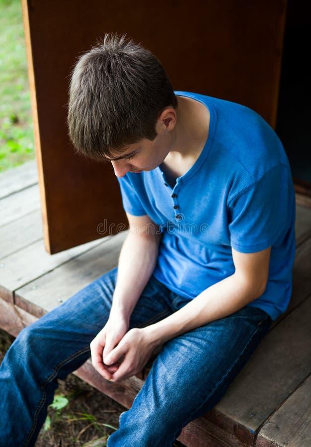 Унылый молодой человек внешний стоковые фотографии rf