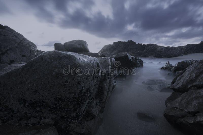 Унылый seascape на сумраке, голубом часе стоковые фотографии rf
