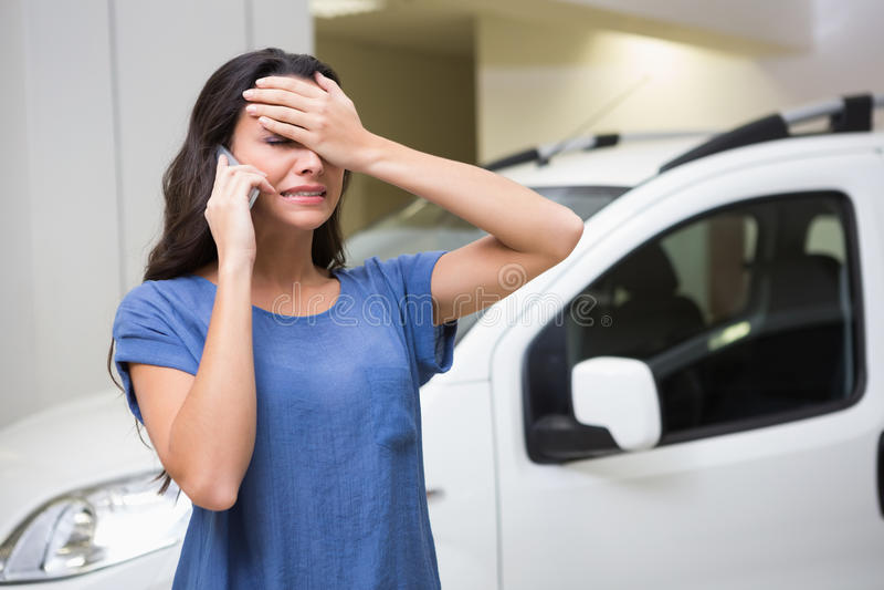 Унылая женщина вызывая кто-то с ее мобильным телефоном стоковое изображение
