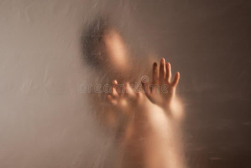 Унылая женщина в уединении к насилию и злоупотреблению стоковая фотография rf