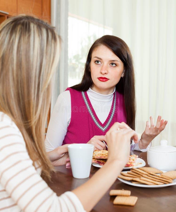 Унылая женщина говоря к другу о ее проблемах стоковые изображения rf