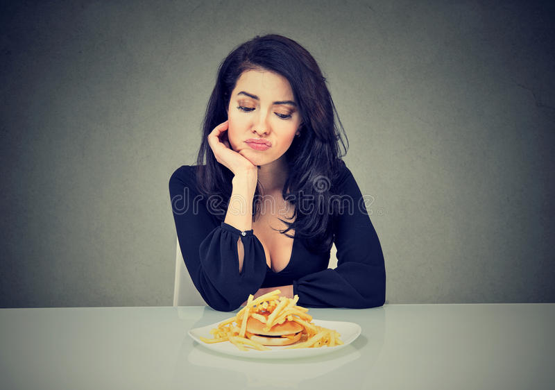 Унылая женщина на диете жаждая для фаст-фуда стоковое изображение rf