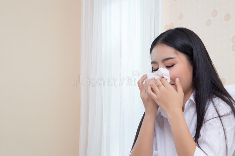 Унылая женщина плачет самостоятельно, сидящ в кровати дома стоковые фотографии rf