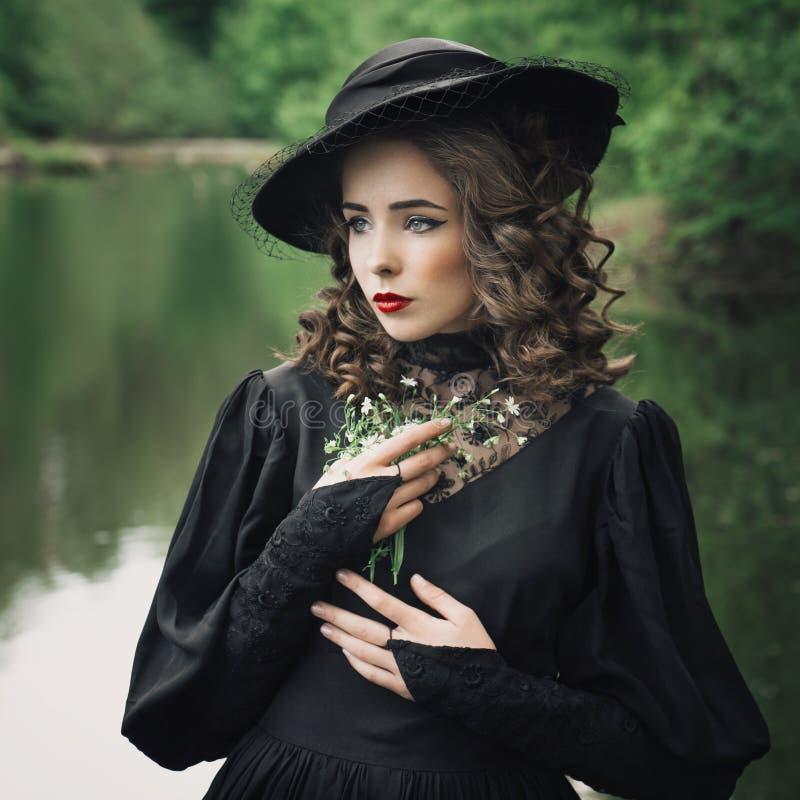 Унылая женщина с букетом на природе стоковые фото