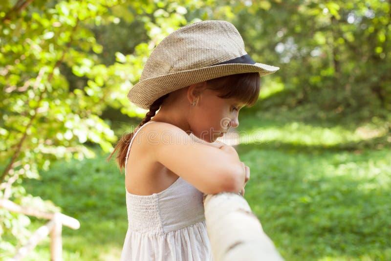 Унылая маленькая девочка в шляпе стоковые фотографии rf