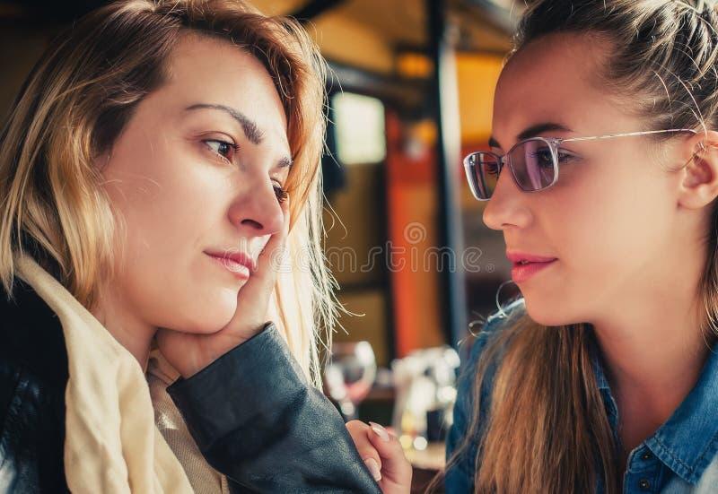 Унылая молодая женщина с другом стоковое изображение rf