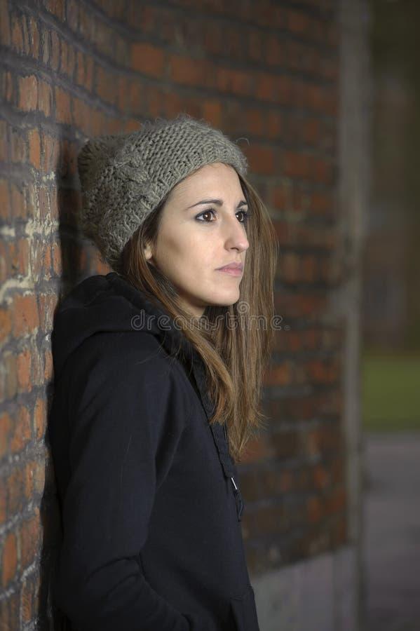 Унылая молодая женщина с связанной шляпой стоковая фотография rf