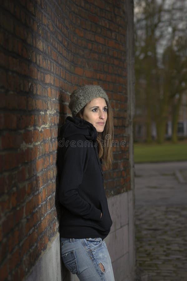Унылая молодая женщина с связанной шляпой стоковое изображение rf