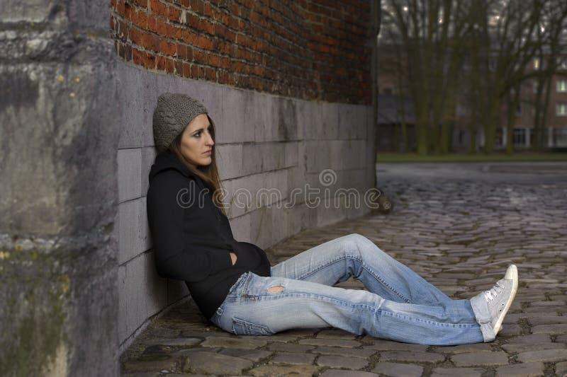 Унылая молодая женщина с связанной шляпой стоковые фотографии rf
