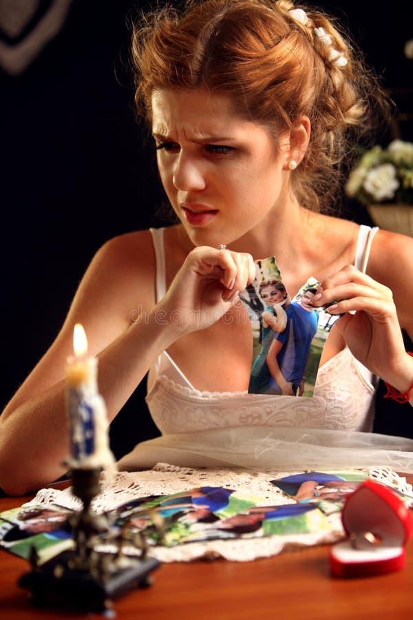 Унылая невеста на несчастной свадьбе Изображения семьи девушки портрета срывая стоковые фото