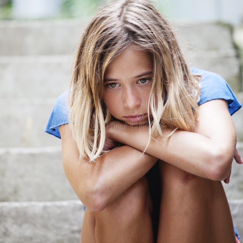 Унылая предназначенная для подростков девушка outdoors стоковые изображения rf