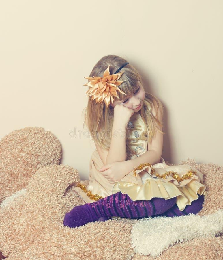 Унылое усаживание маленькой девочки стоковое фото