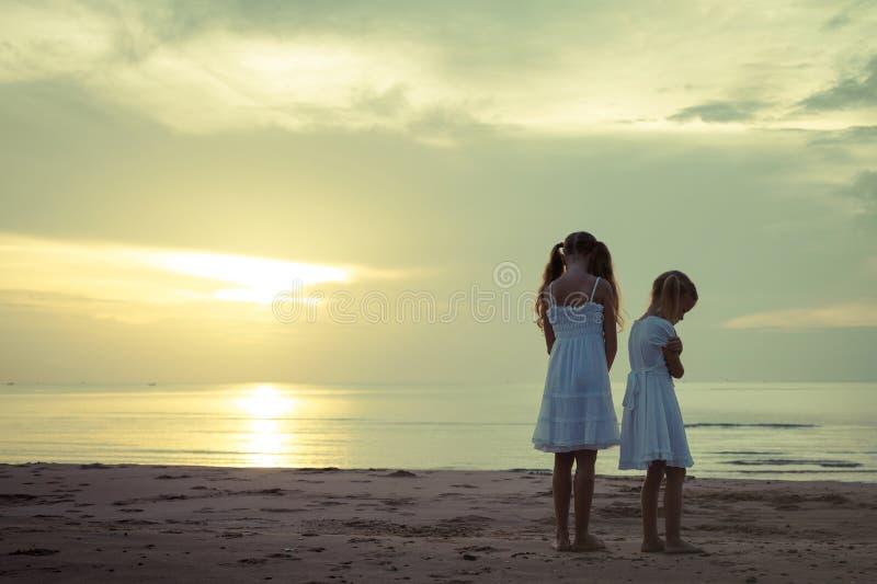 Унылые дети на пляже стоковая фотография