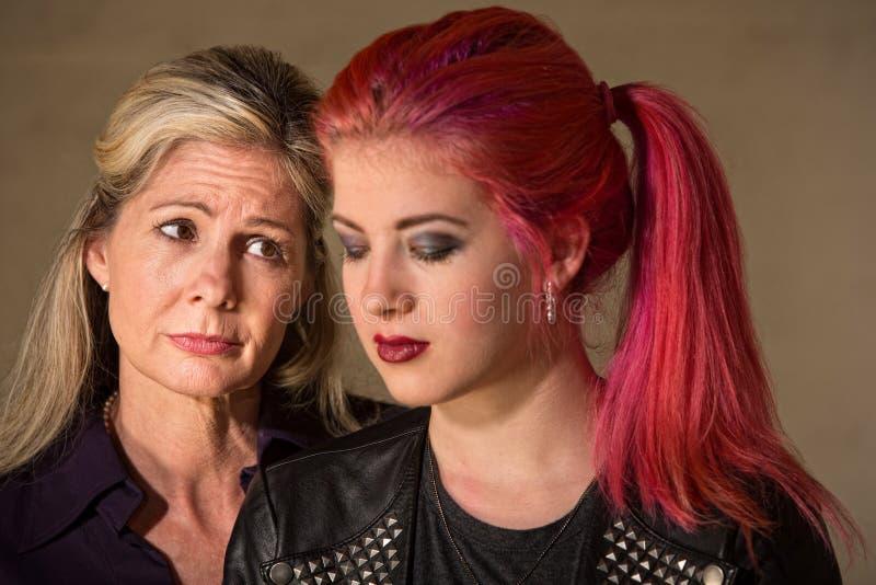 Унылые мать и дочь стоковые изображения rf