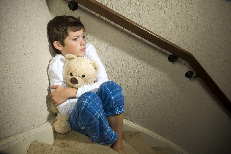 Унылый и подавленный мальчик в угле стоковая фотография rf