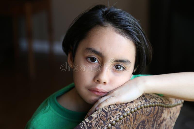 Унылый мальчик смешанной гонки стоковое фото rf