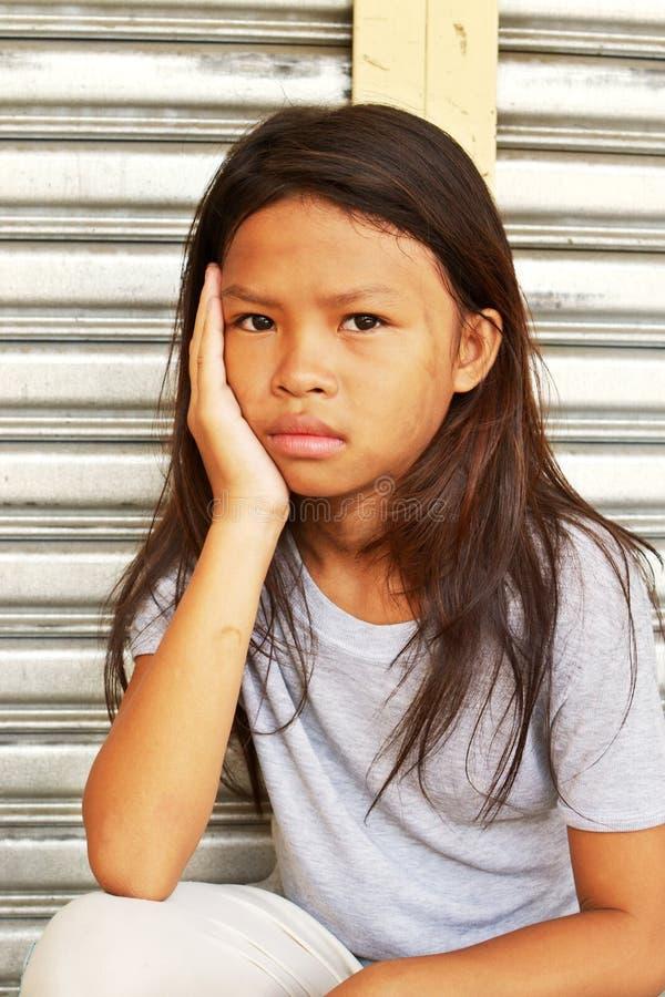 Унылый милый бездомный ребенок стоковые фотографии rf