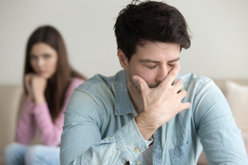 Унылый молодой человек плача, имеющ проблемы, в отчаянии или депрессии стоковые фото