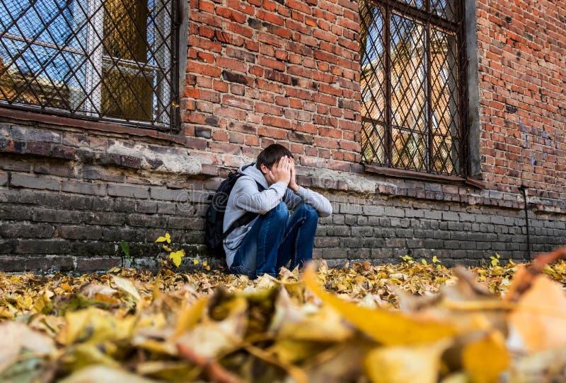 Унылый подросток напольный стоковое фото