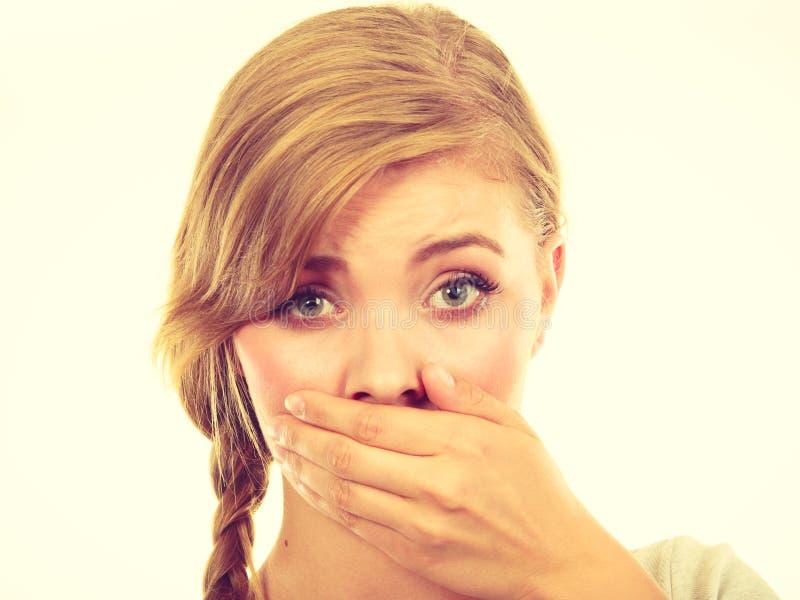 Унылый рот заволакивания женщины с рукой стоковые фото