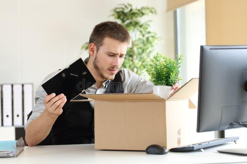 Унылый увольнянный бизнесмен на офисе стоковое изображение