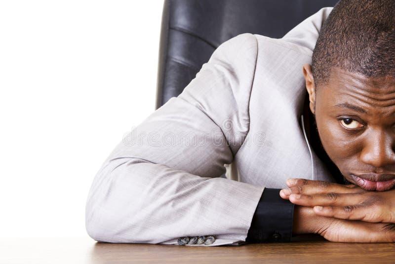 Унылый, утомленный или подавленный бизнесмен стоковое изображение