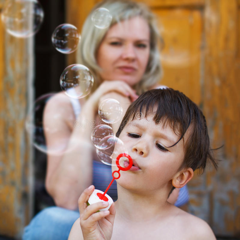 дуньте пузыри мальчика немногая стоковые фото