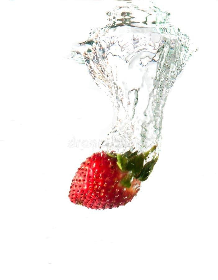 упаденная вода клубники выплеска стоковые изображения rf