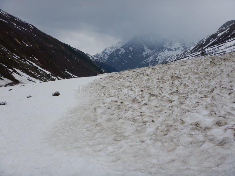 Упаденная лавина весны в высокогорной долине стоковая фотография