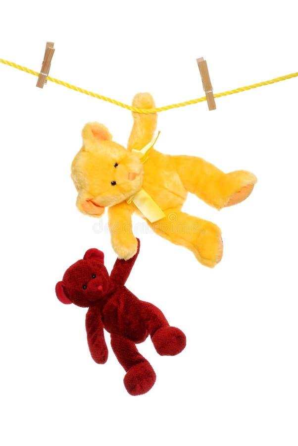 упаденный медведь помогающ одному игрушечному стоковое фото