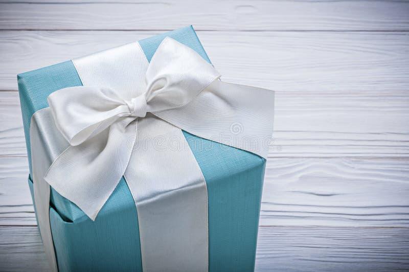Упакованная голубая подарочная коробка на концепции торжеств деревянной доски стоковое изображение