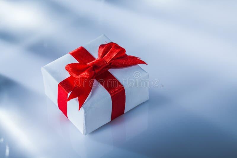 Упакованная красная подарочная коробка на белой предпосылке стоковое изображение rf