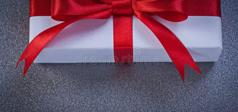 Упакованная присутствующая коробка на серой поверхностной концепции праздников стоковые фотографии rf