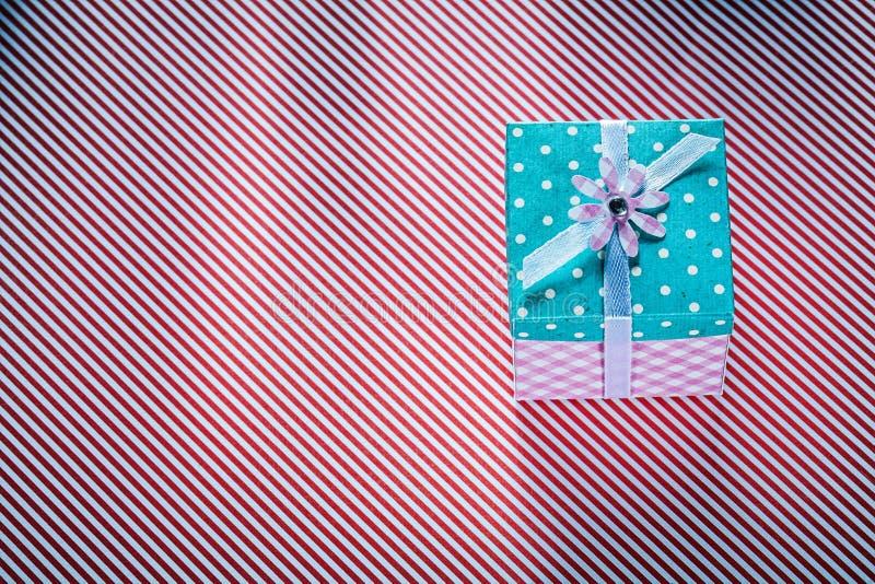 Упакованная присутствующая коробка на stripy торжествах предпосылки ткани conc стоковое фото