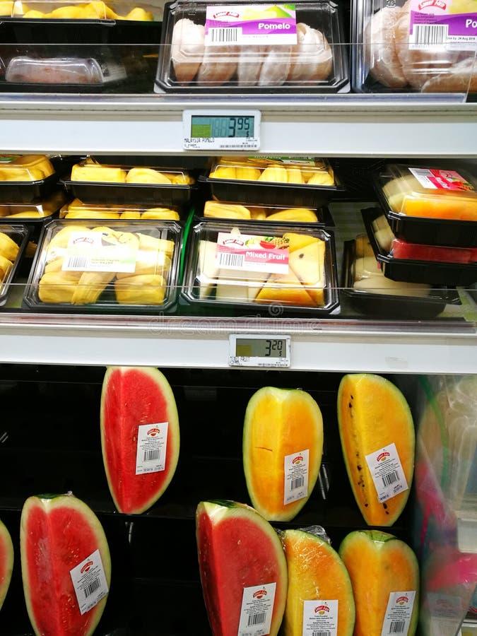 Упакованные свежие фрукты готовые для еды, супермаркет стоковая фотография rf