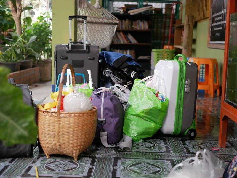 Упакованные чемоданы и пожитки перед домом быть готовый начать отключение длинной семьи стоковые фото