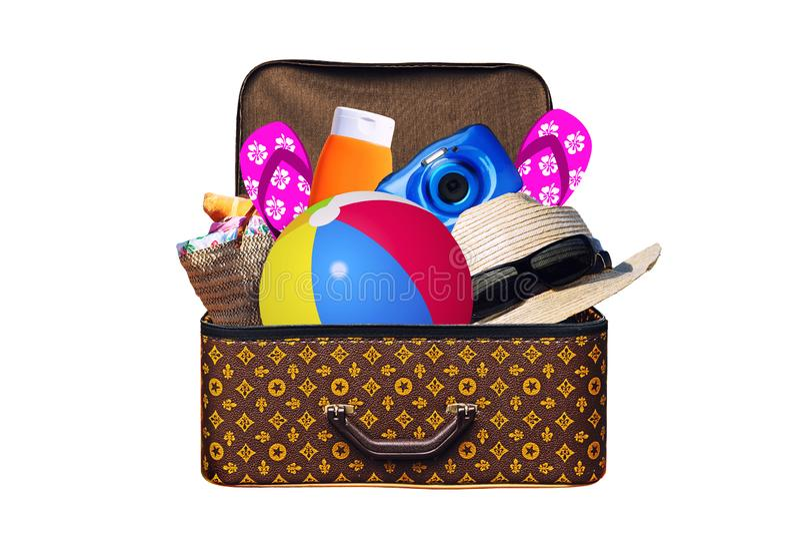 Упакованный винтажный чемодан полный деталей на летние отпуска путешествует, каникулы, перемещение и отключение изолированных на  стоковые изображения rf