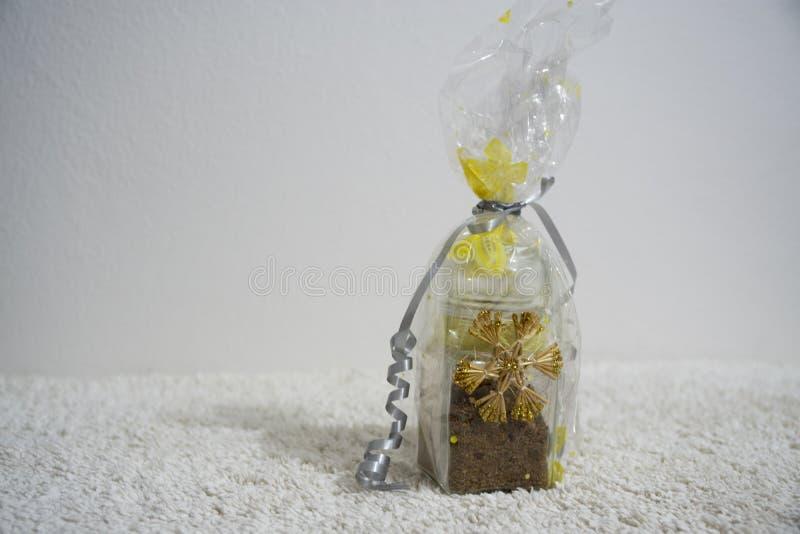 Упакованный подарок на рождество на таблице r стоковые изображения