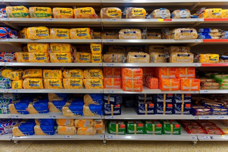 Упакованный хлеб в дисплее магазина стоковое изображение