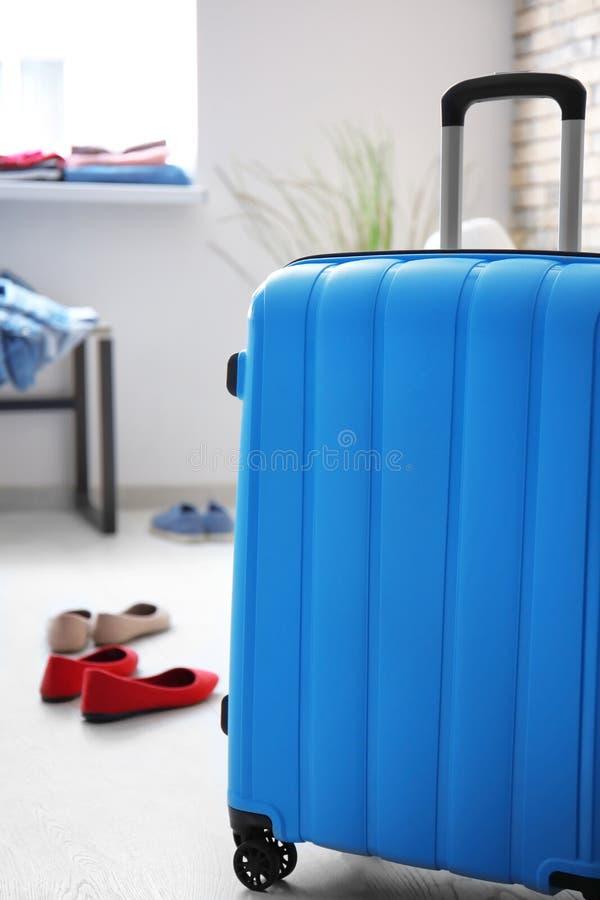 Упакованный чемодан в комнате Путешествовать концепция стоковая фотография