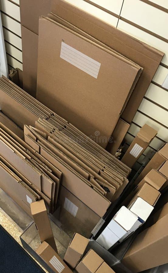Упаковка и коробки и материалы доставки стоковое изображение